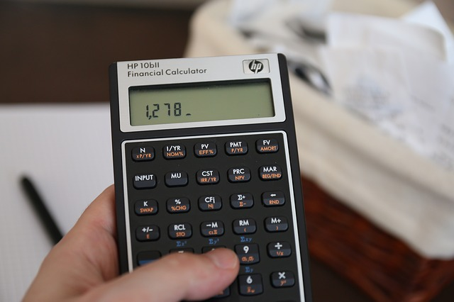 Kalkulator w dłoni