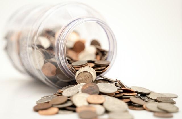 Pieniądze wysypujące się ze słoika